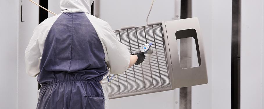 Un contenant à déchets en processus de thermolaquage